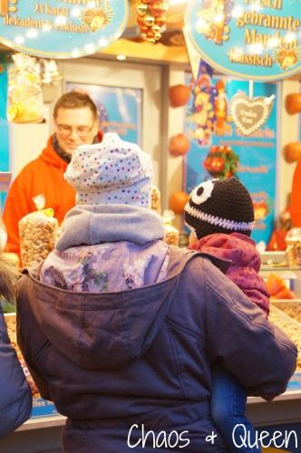 Weihnachtsmarkt mit Kind 3