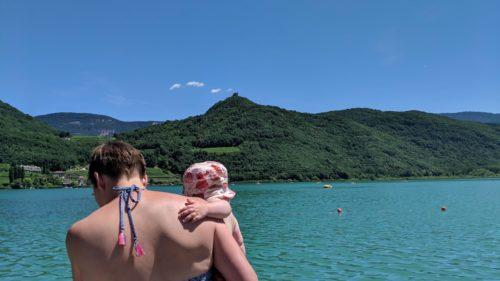 Frau im Bikini am See