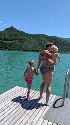 Frau im Bikini mit zwei Kindern