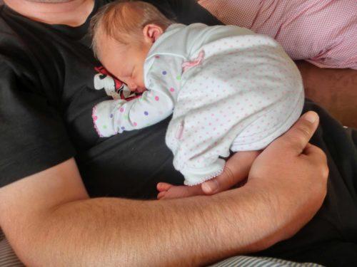 Baby schläft auf Papas Bauch