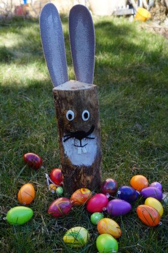 DIY Hase aus Holzscheit mit Ostereiern