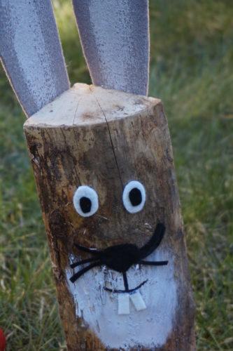 gebastelter Hase aus Holzscheit mit Filzohren