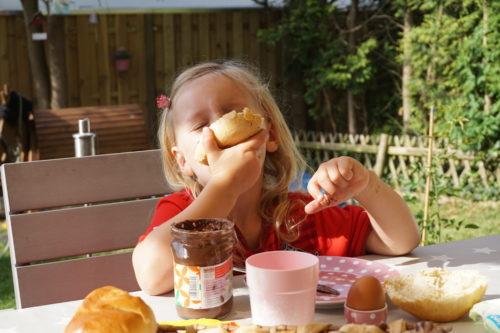 Mädchen frühstückt Nutella