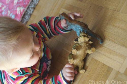 Baby spielt mit Dinos