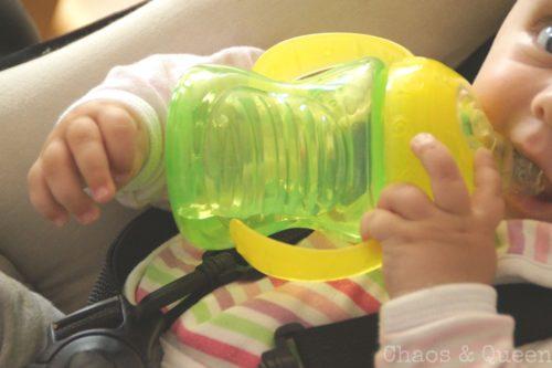 Baby mit grüner Trinkflasche