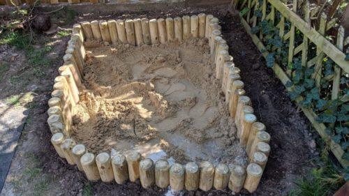 DIY Sandkasten mit Sand befüllt
