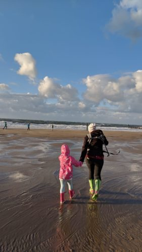 Spaziergang Mutter Tochter Hand in Hand am Strand