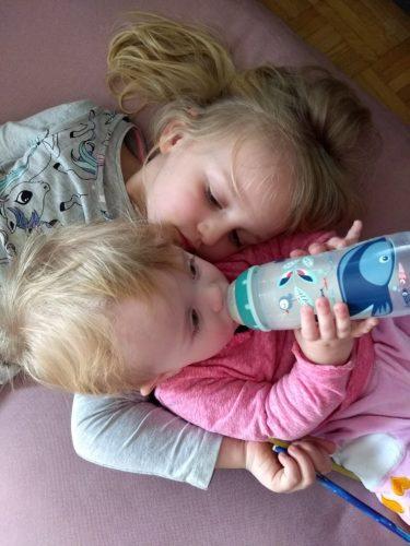 Zwei Schwestern kuscheln