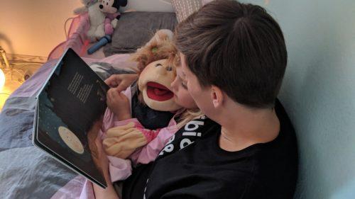 Mama liest der Tochter vor