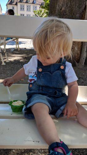 Kleinkind isst Eis
