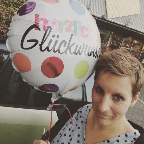 Mama mit Geburtstagsluftballon