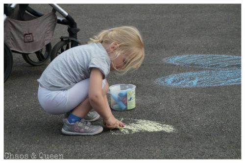 Kind beim Kreidemalen