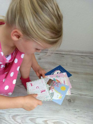 Mädchen mit Einladungen Kindergeburtstag
