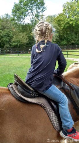 Mädchen reitet