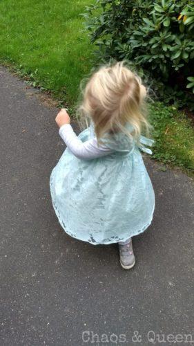Mädchen tanzt im Kleid