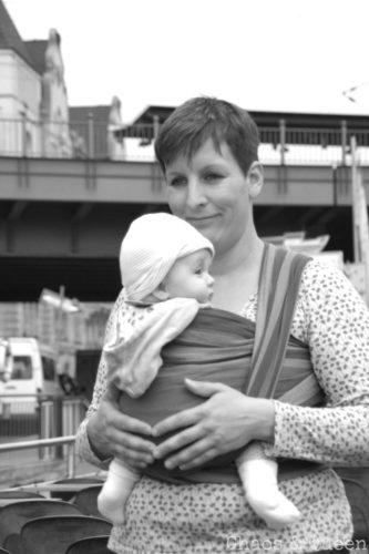 Mama mit Kind im Tragetuch