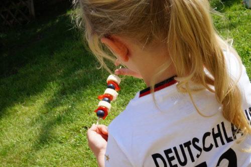 OTTO WM Kampagne Kind mit Fußball Snack