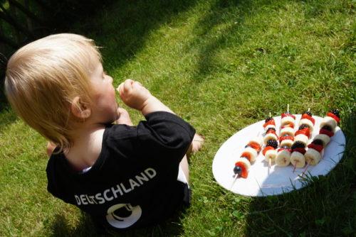 OTTO WM Kampagne Kleinkind mit Fußball Snack