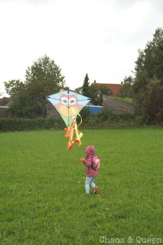 Kleinkind beim Drachensteigen