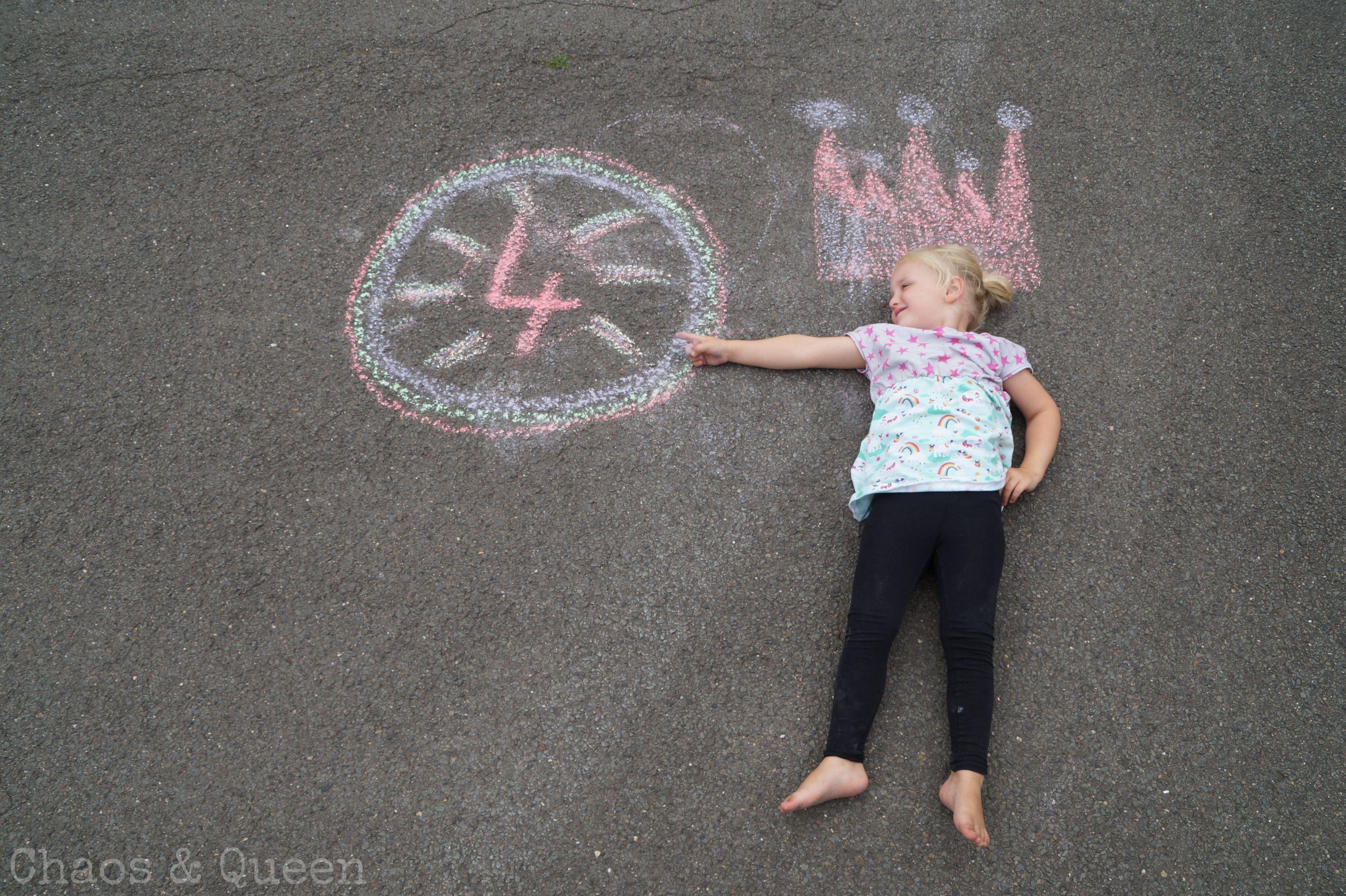 Kind Auf Straße Mit Kreidenmalerei