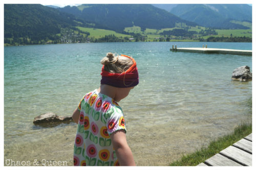 Mädchen im Sommerkleid vorm Walchsee