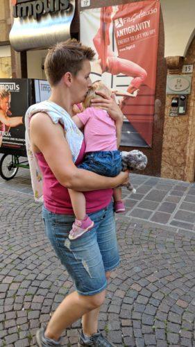 Kind bei Mama trösten