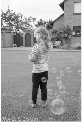 Mädchen Seifenblasen schwarz weiß