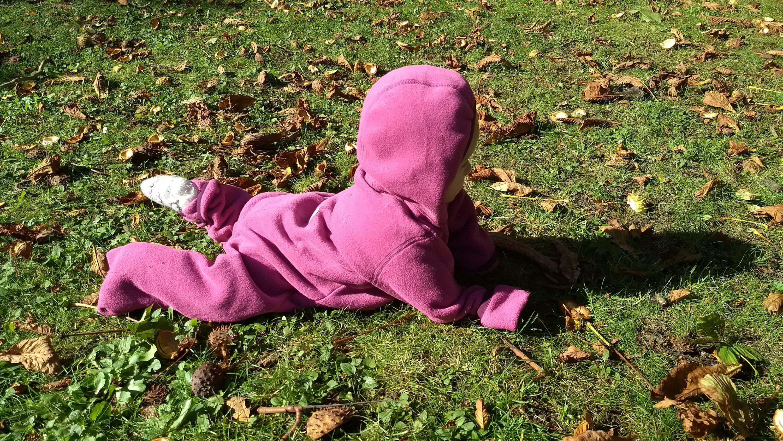Krabbelkind im Herbstlaub
