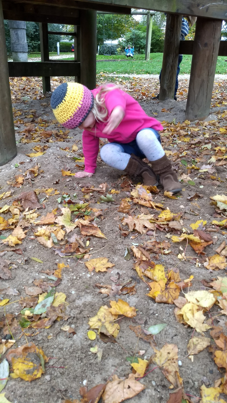 Mädchen mit Mütze auf dem Spielplatz