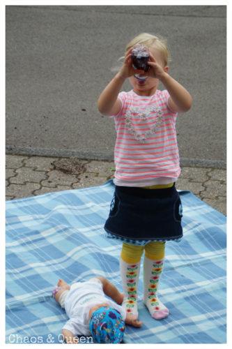 Mädchen in buntem Sommeroutfit